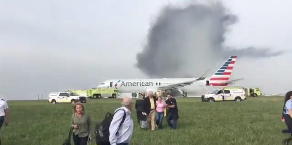 Un avión de American Airlines se incendia en el aeropuerto de Chicago