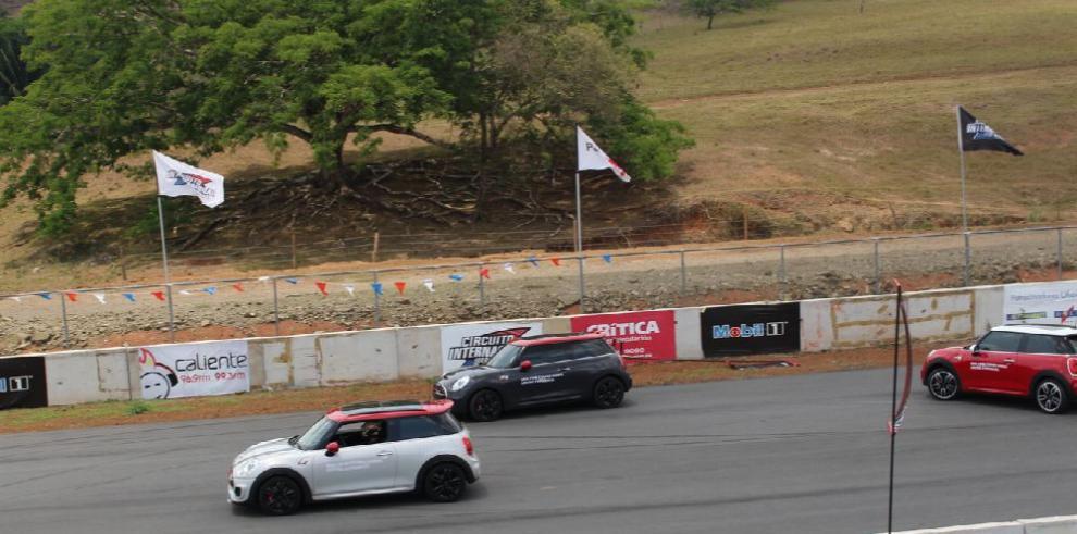 MINI brinda una fiesta de velocidad en el circuito