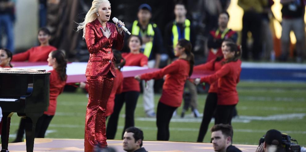 Lady Gaga impacta con su voz en el Súper Bowl número 50