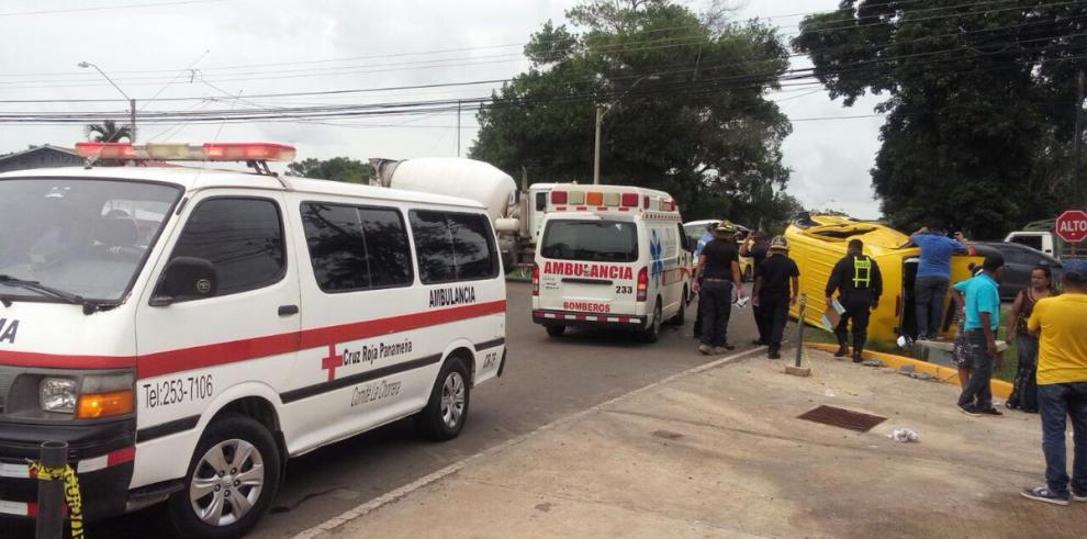 Menores de edad resultan heridos, tras volcarse busito colegial