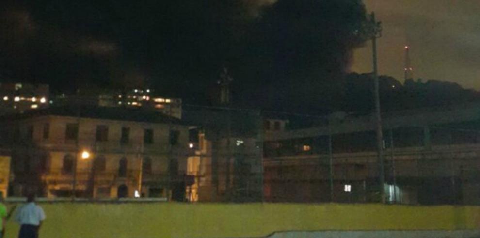 Bomberos combaten incendio en fabrica de colchones