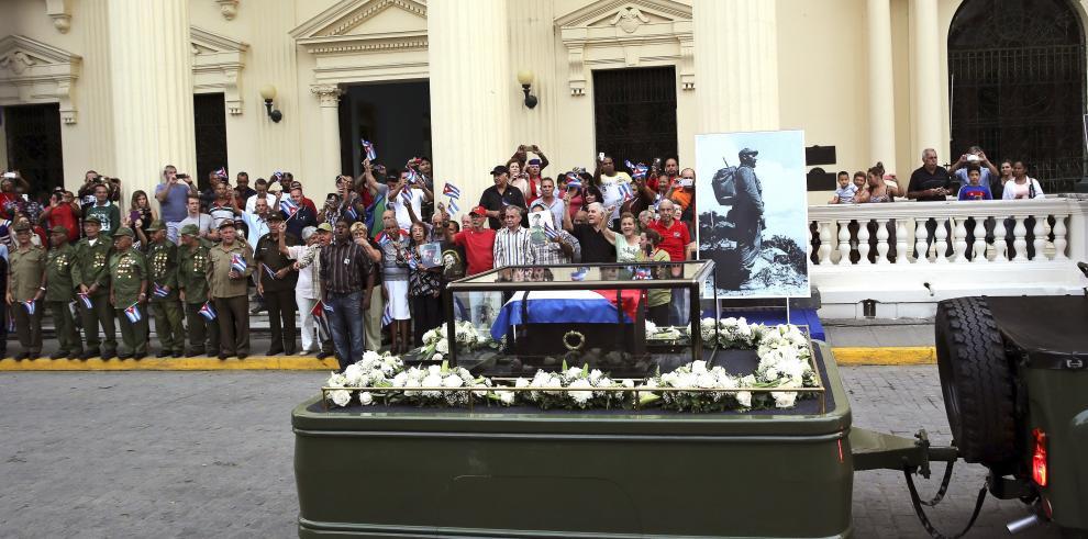 Restos de Fidel Castro salen de Santa Clara en dirección a Camagüey