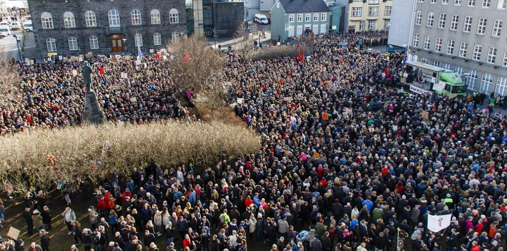 Islandeses piden renuncia del primer ministro por