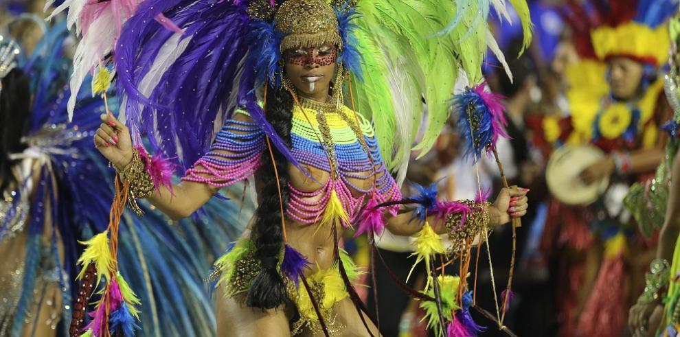 Garotas se lucen en el Carnaval de Brasil