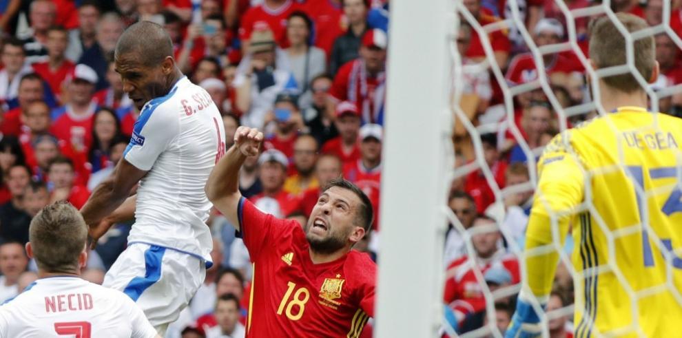 Piqué da el triunfo a España ante la República Checa