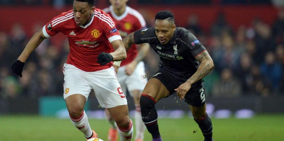 Liverpool resiste y avanza