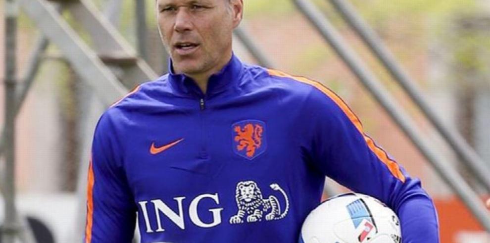 Van Basten deja la selección de Holanda para unirse a la FIFA