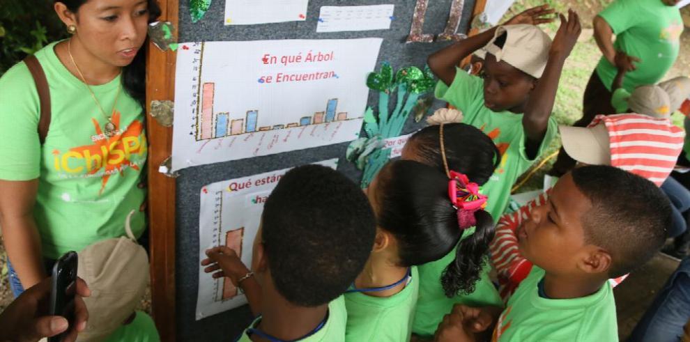 Smithsonian gradúa a 50 jóvenes en el programa '¡Chispa!'