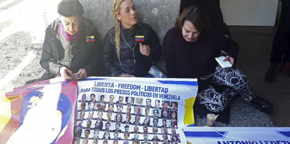 Esposa de Leopoldo López protesta en el Vaticano