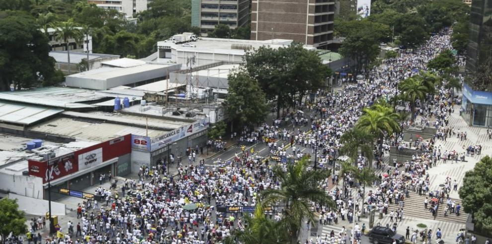 Venezolanos exigen en marcha #TomadeCaracas referendo revocatorio
