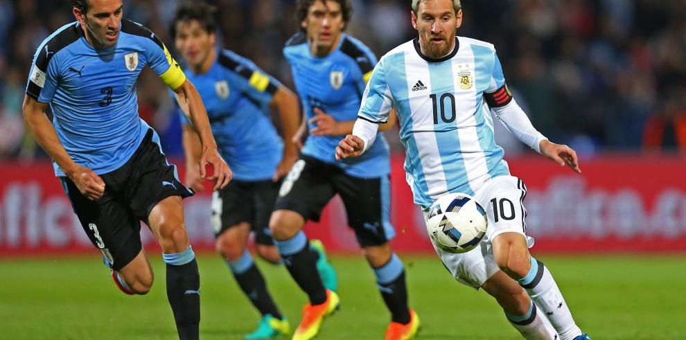 Argentina venció a Uruguay con gol de Messi y es nuevo líder