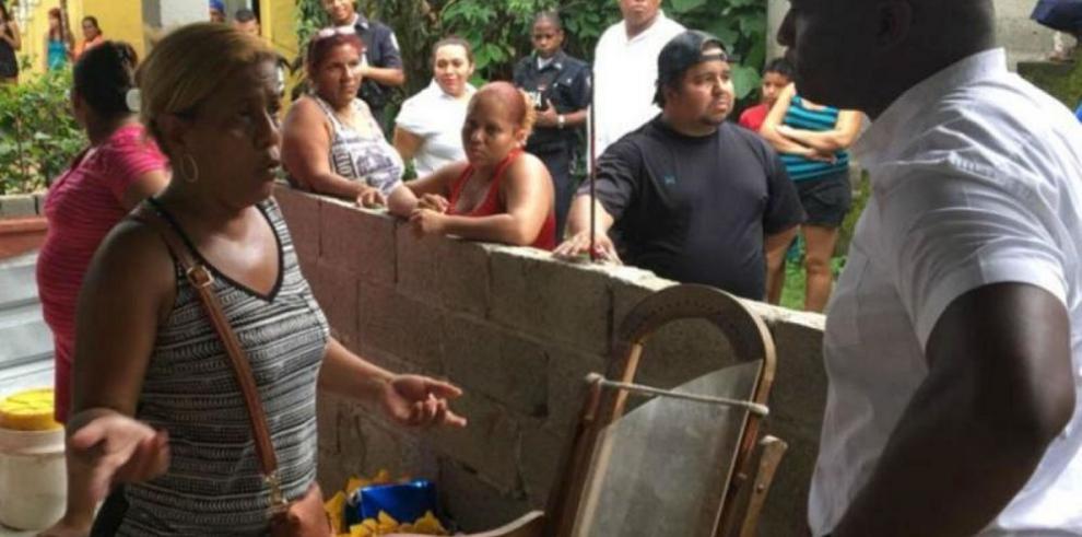 Alcalde atiende a vecinos afectados por los derrumbes