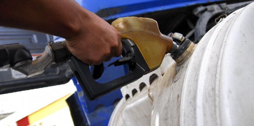 Precio de gasolinas baja y del diésel sube
