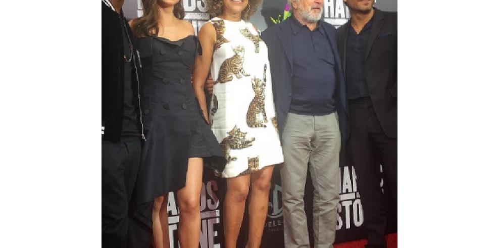 Patricia Zavala cautiva la atención delprotagonista de Hands Of Stone