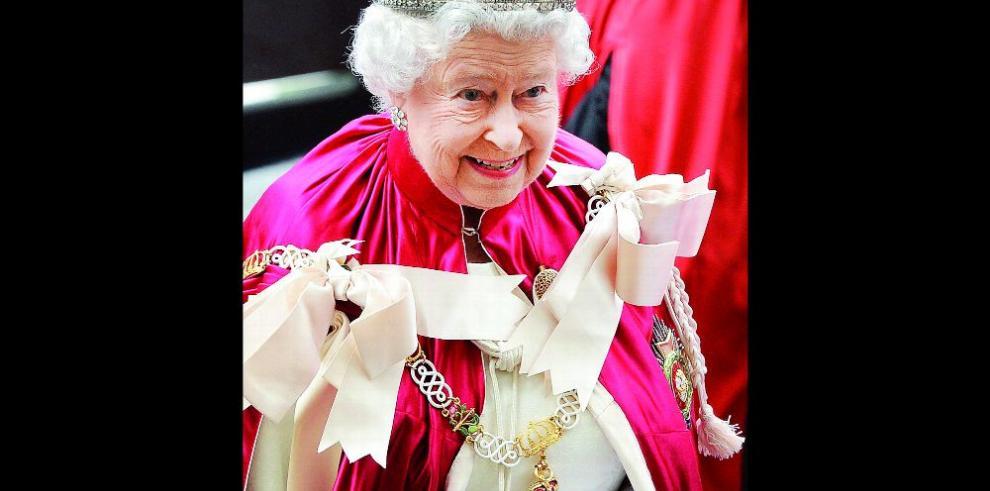 Isabel II, sin asueto navideño por un resfriado