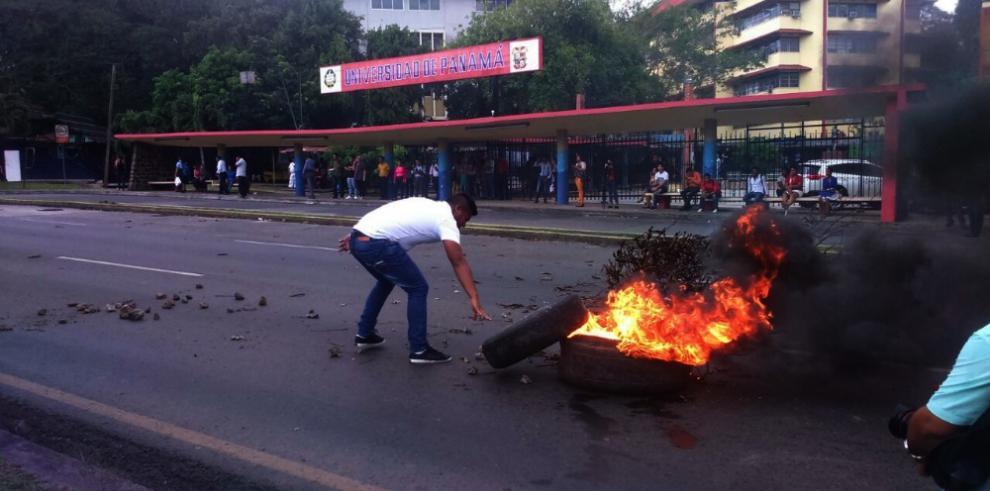 Universitarios trancan vía por conflicto en Barro Blanco