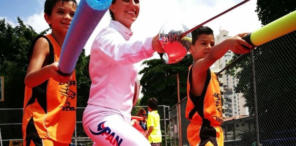 Eileen Grench cumple primera clínica de esgrima en Panamá