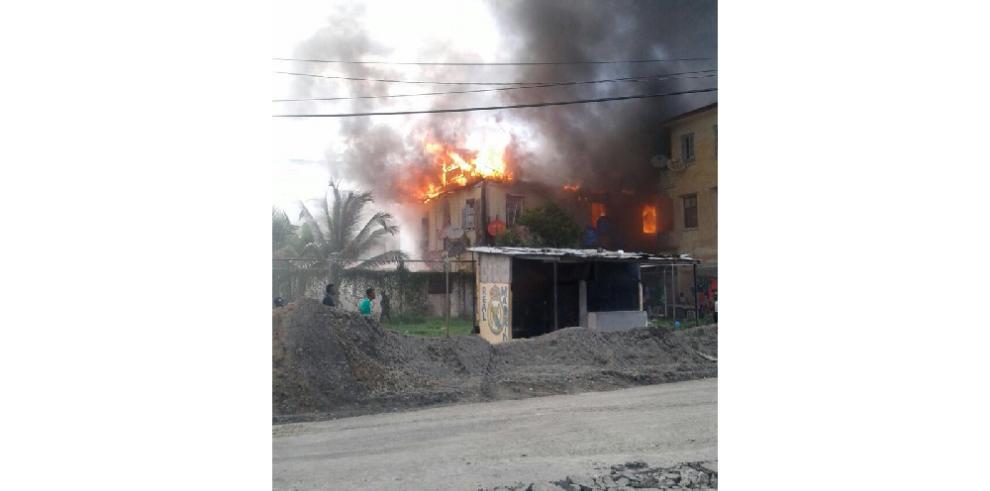 Bomberos combaten fuego en calle 7 y 8 Melendez de Colón
