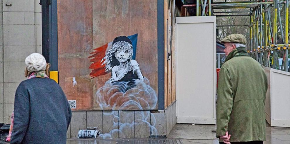 Tapan mural de Banksy frente a embajada francesa