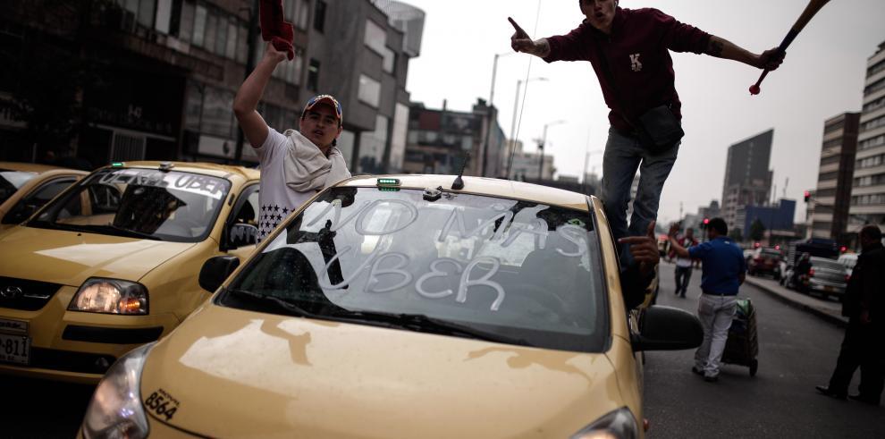 Miles de taxistas protestan contra Uber en Bogotá