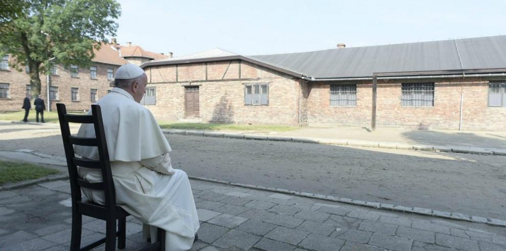 El camino silencioso de Francisco entre la crueldad de Auschwitz