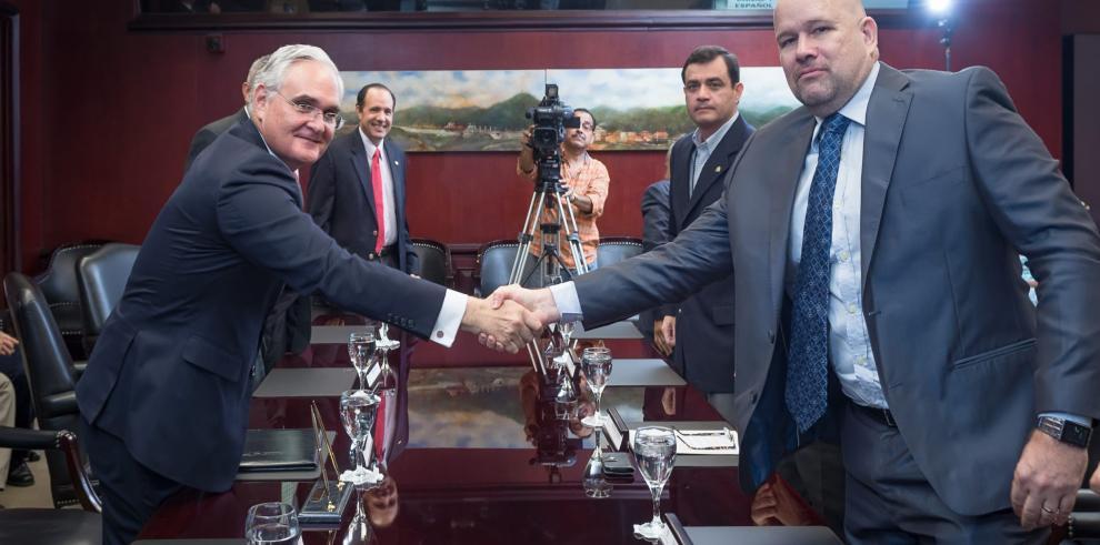 ACP firma acuerdo con la Unión de Capitanes y Oficiales de Cubierta