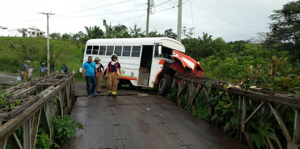 Bus choca contra puentesobre el río Caño Quebrado y deja 14 heridos