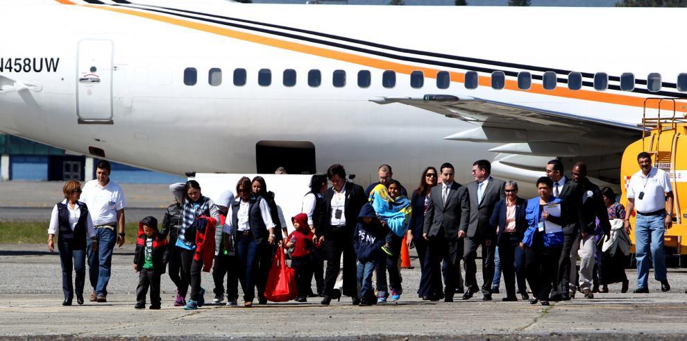 Aterriza en Guatemala vuelo de EE.UU con 4 madres y 10 menores