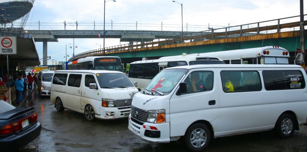 Transportistas de buses piratas anuncian paro