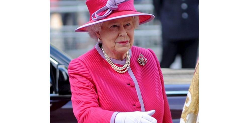 Isabel II entrega condecoraciones del 2015