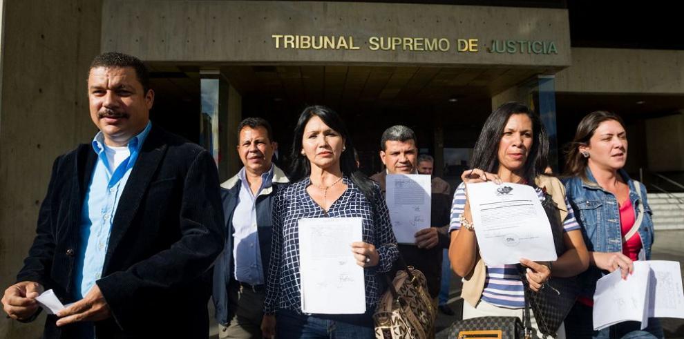 Oposición condena suspensión de tres de sus diputados
