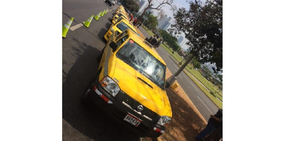 Taxistas realizan caravana en rechazo a Uber