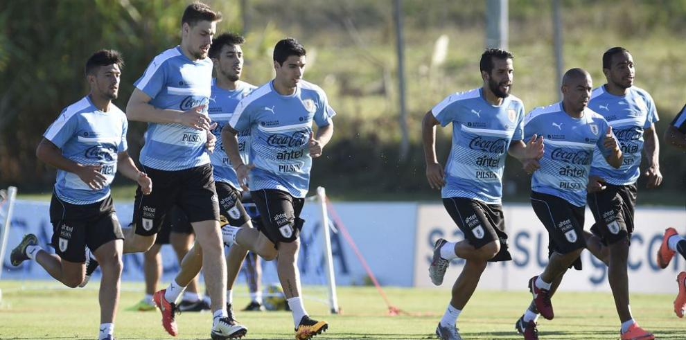 Uruguay recibe a Perú con la misión de alcanzar la punta
