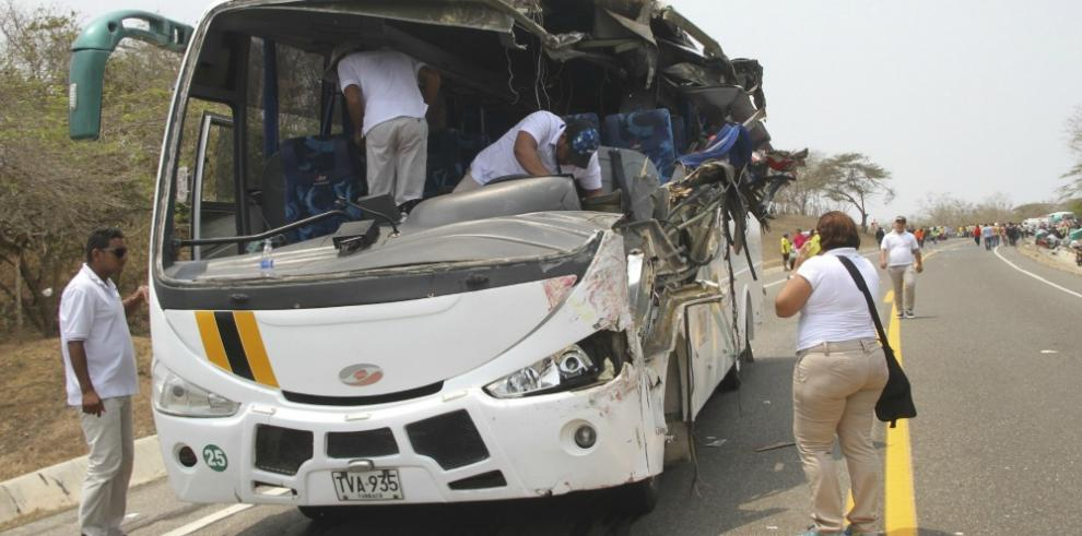 Nueve hinchas ecuatorianos heridos deja accidente de tránsito