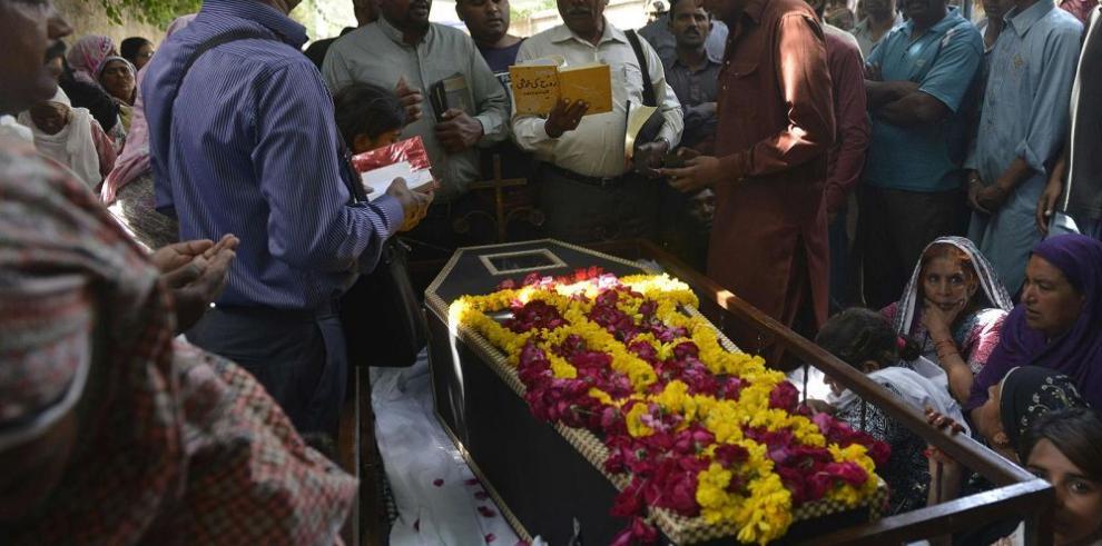 Lahore entierra a sus muertos tras atentado