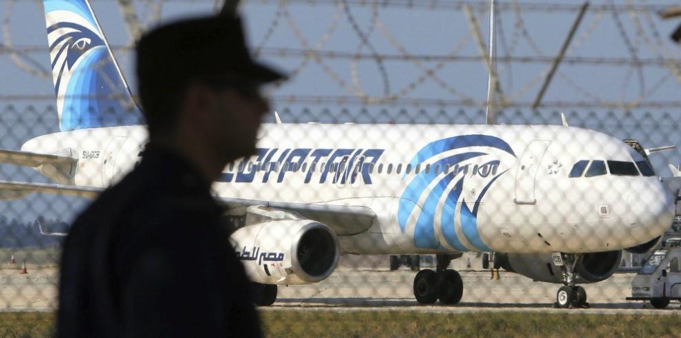 Concluye el secuestro del avión de EgyptAir y el autor se entrega