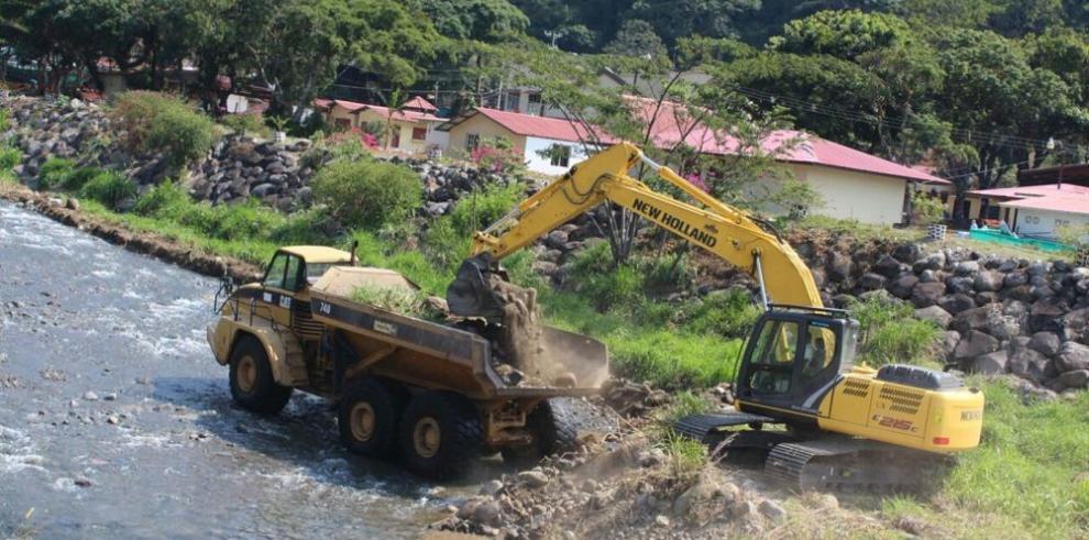 Municipio draga cuenca hídrica del río Caldera
