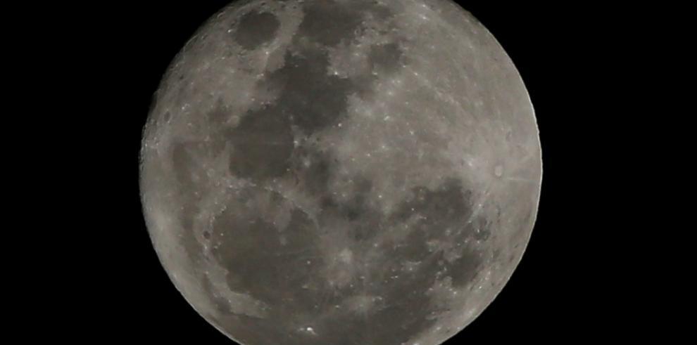 Hidrógeno en polos lunares indica cambios en el eje de rotación
