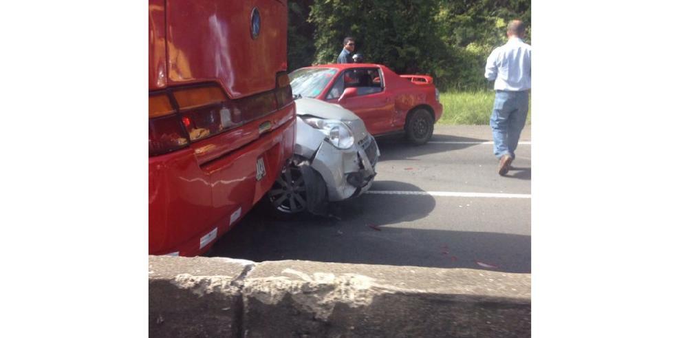Doce heridos por colisión múltiple en Loma Cová