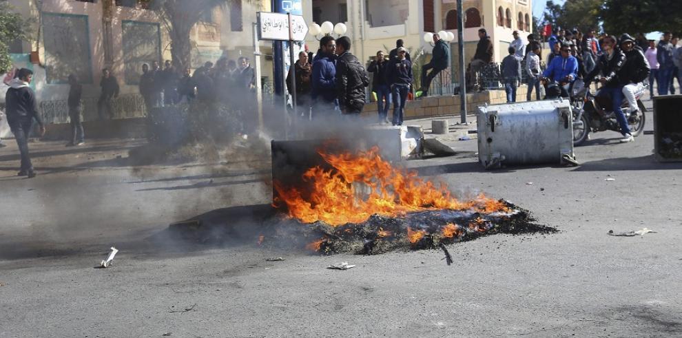 Túnez decreta el toque de queda en un intento de parar la protesta social