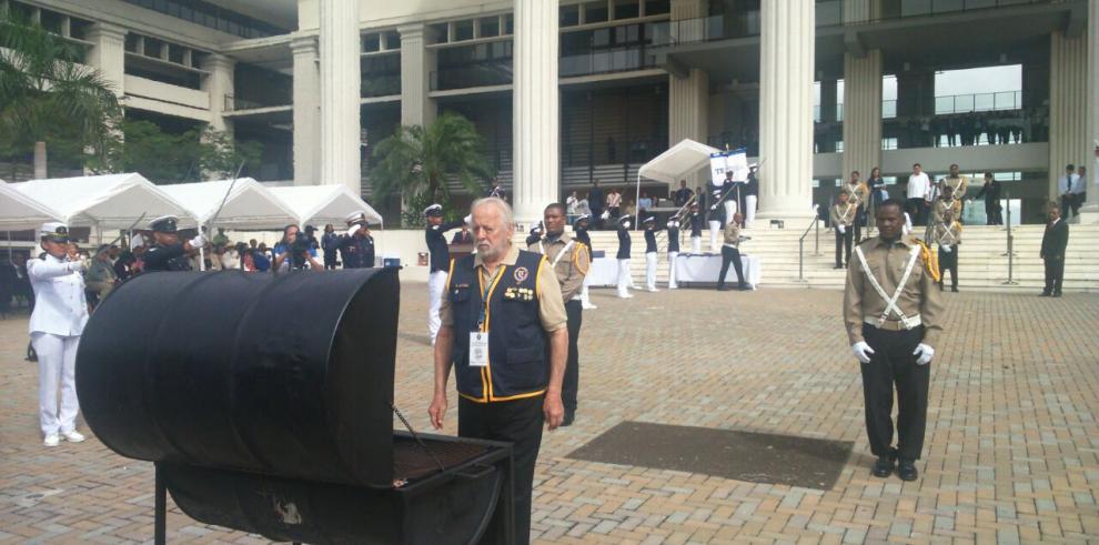 TE inicia fiestas patrias con acto de cremación de banderas