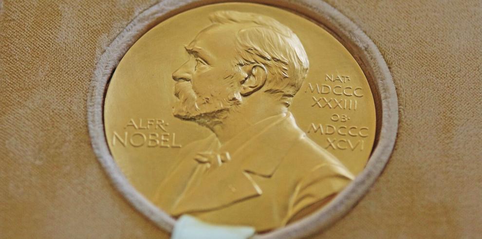 Tras_la_tormenta_el_Premio_Nobel_de_Literatura_regresa_por_partida_doble-2