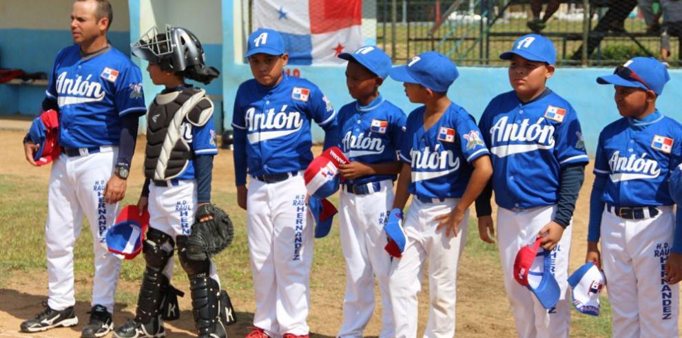 Peloteritos de Coclé recibieron respaldo del béisbol cubano