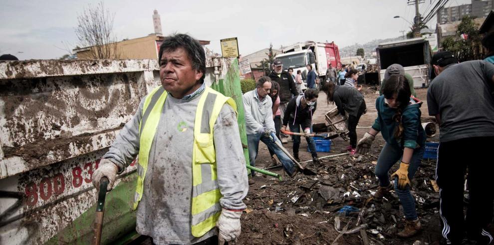 Chilenos enfrentan daños y réplicas a tres días del fuerte terremoto