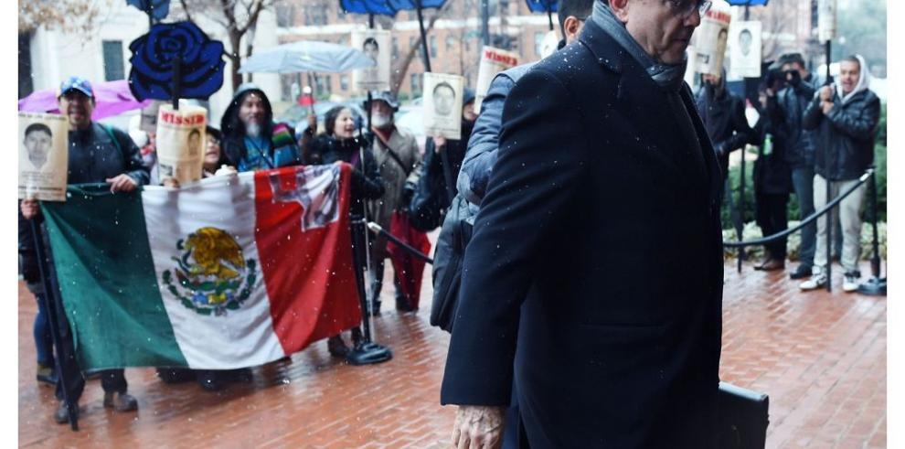 Familiares de los 43 estudiantes piden apoyo en embajadas