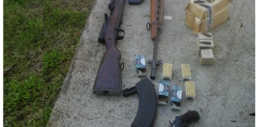 Detienen extranjero con armas de guerras