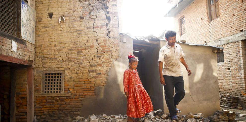 Nepalíes tratan de levantarse ante las secuelas del terremoto