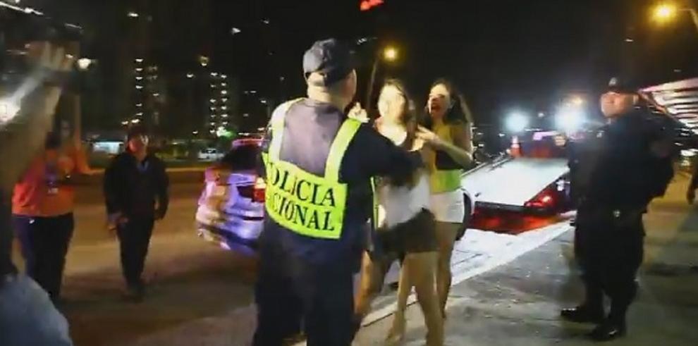 Policía procederá contra mujer que agredió a un uniformado