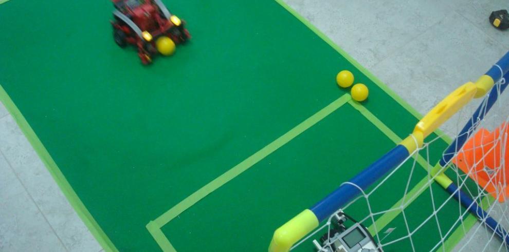 Jóvenes en Coclé crean robots que bailan y juegan fútbol