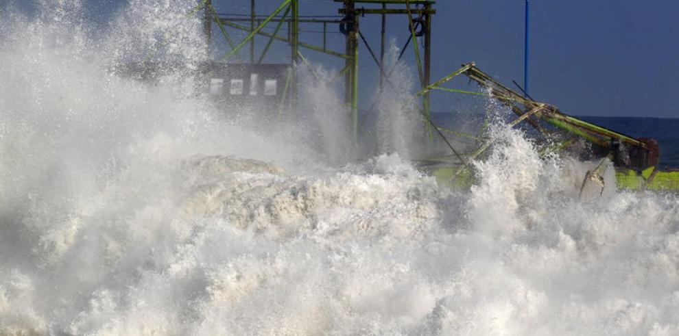 Advierten sobre fuerte oleaje en el Caribe de Costa Rica